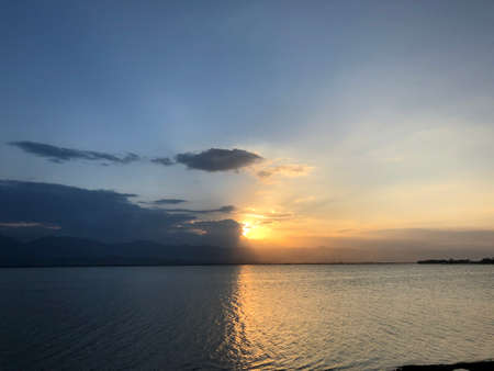 Beautiful sunset and evening sky with mountain and clouds at the beach for background. nice view in the north of Thailand. Standard-Bild