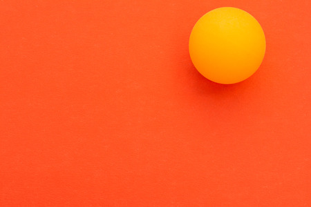 One yellow tennis ball on a red background Imagens