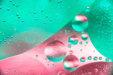 Water and oil bubble red green background. Macro shot of beautiful water and oil bubble background , with small and big bubbles Imagens - 118934544