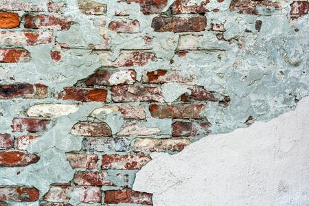 Textura de pared de ladrillo antiguo con yeso desmoronado y destrozado, cerrar fondo abstracto