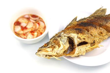 nile tilapia: fritto di pesce tilapia del Nilo sul piatto bianco