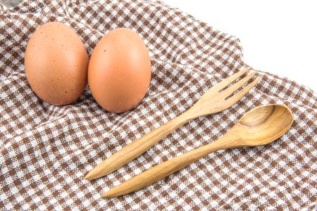 신선한 계란과 테이블에 나무 숟가락