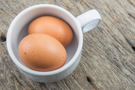 테이블에 컵 신선한 계란