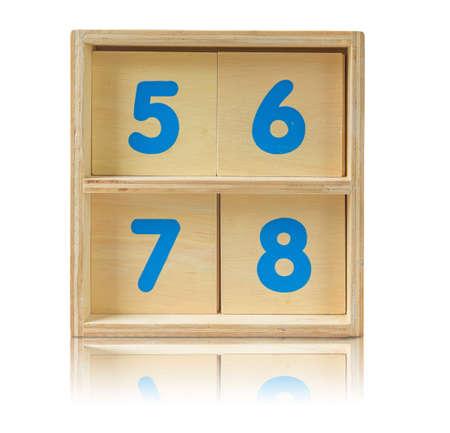 wood shelf: estante de madera con el n�mero de juguete en el fondo blanco