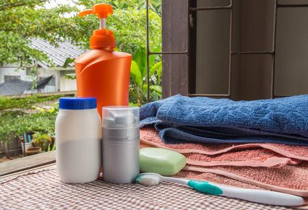 jabón de baño, una toalla y cosméticos