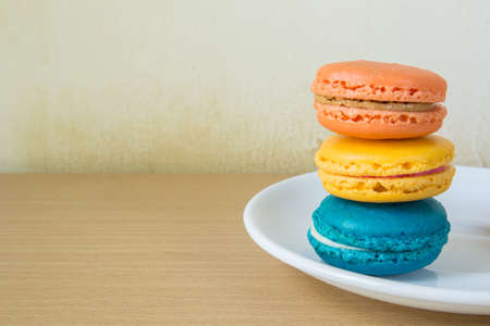 bord eten: French macaroons on plate, food sweet Stockfoto