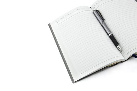 journal d'affaires avec un stylo sur la table en bois