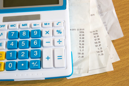 Close-up van ontvangst papier en caculator, betaling