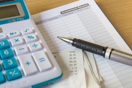 accounting records: Close up de papel de recibos y Caculator, el pago