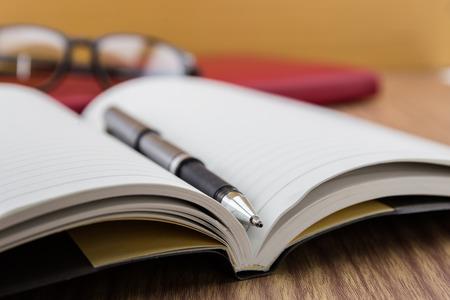 teclado: libro con la pluma, móvil y keyborad en el escritorio