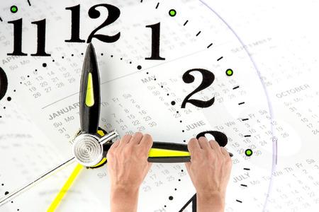 Deadline. hand proberen om de tijd te stoppen. Tijdsbeheer. Tijdsdruk. Genezen voor de oude dag. Jaarlijkse verslagen. Vooraanzicht. Stockfoto