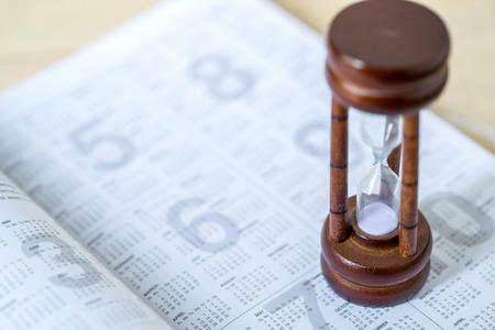 zandloper op kalender timing van dagboek