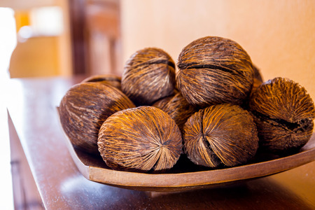 decorar: coconut shell decorate on table