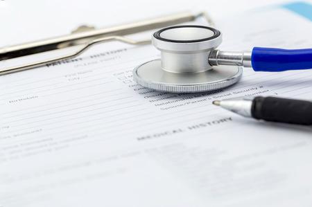historia clinica: El cuestionario médico, el estetoscopio y la pluma Foto de archivo