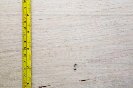 cintas metricas: cinta m�trica en el fondo de madera Foto de archivo