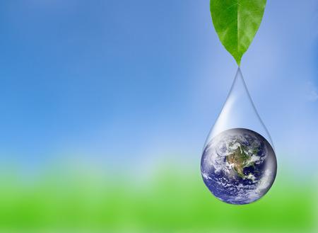 Erde im Wassertropfen Reflexion unter grünem Blatt, Elemente dieses Bildes von der NASA eingerichtet Standard-Bild - 55022336