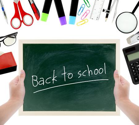 Schulbedarf, Zubehör und Tafel halten Hand mit zurück zu Schultext für Bildungskonzept auf einem weißen Hintergrund. Schulbedarf für lernen flach legen, Draufsicht Standard-Bild - 69636889