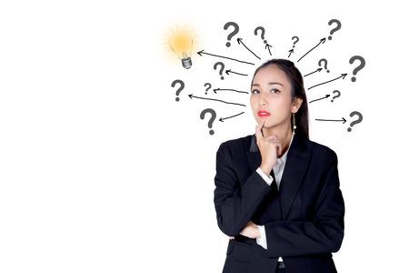 femme est debout avec une ampoule et des points d'interrogation isolés sur fond blanc