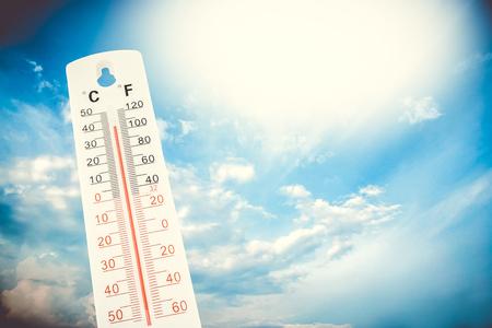 Température tropicale, mesurée sur un thermomètre extérieur, vague de chaleur globale, concept d'environnement. Banque d'images