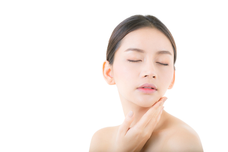 Mooi meisje met make-up, vrouw en huidverzorging concept  aantrekkelijk azië meisje smilling op gezicht geïsoleerd op een witte achtergrond.