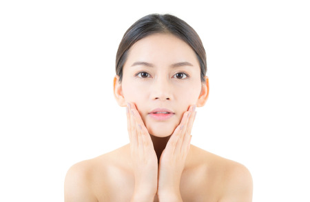 Schönes Mädchen mit Make-up, Frau und Hautpflegekonzept / attraktivem Asien-Mädchen, das auf dem Gesicht lokalisiert auf weißem Hintergrund smilling ist. Standard-Bild - 83608536