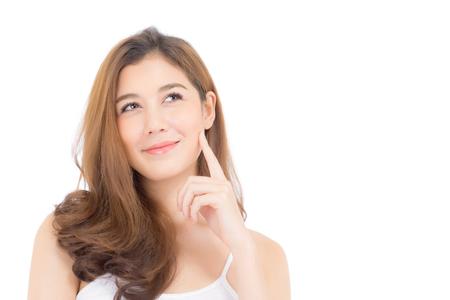 Portrait de la belle femme asiatique penser quelque chose et le maquillage des cosmétiques - fille main toucher la joue et sourire sur le visage attrayant avec le concept de soins de la peau isolé sur fond blanc.