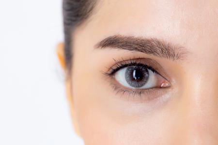 Beau portrait jeune femme asiatique avec maquillage isolé sur fond blanc, visage et œil de fille agrandi, rajeunissement avec peau pour les rides ou la chirurgie, concept de beauté.