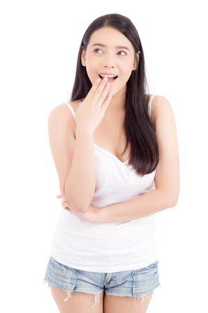 Ritratto di donna asiatica sorpresa, bella ragazza con espressione eccitata e sorpresa isolata su sfondo bianco, concetto espressivo di emozione facciale.