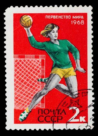 terrain de handball: URSS-CIRCA 1967: Un timbre imprim� en URSS montre une jeune femme sautant et en jetant un handball, vers 1967