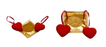 condones: Collage de fotos con los corazones y los preservativos aislados en un fondo blanco Día de San Valentín