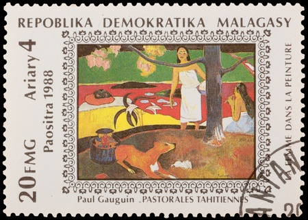 MALAGASY - CIRCA 1988 : A stamp printed in the MALAGASY, shows paint by artist Paul Gaugin - Tahiti pastorale, circa 1988 新聞圖片