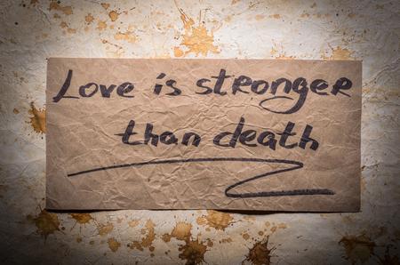 muerte: Frases populares. El amor es más fuerte que la muerte