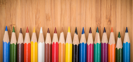 lapices: l�pices de colores l�pices de colores sobre la mesa de madera de cerca
