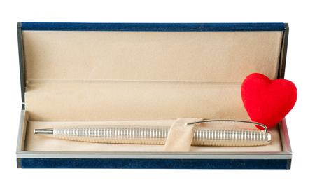 ball pens stationery: bol�grafo en el caso con el coraz�n abierto aislado en un fondo blanco