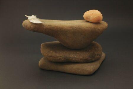 3 つの小石が互いに重なり合った。