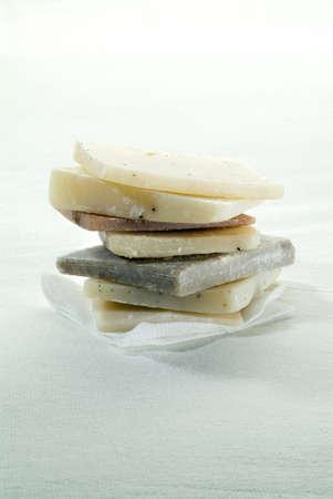 tissu blanc: tas de main fait couleurs naturelles savons sur toile blanche