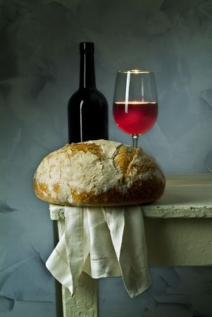 pan y vino: cristal, botella y pan del vino rojo del pan amargo de la pasta Foto de archivo