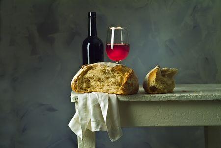 bread and wine: Vino tinto de vidrio, botella y pan pan de masa agria