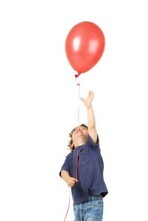 palloncino cuore: aerostato piccolo di colore rosso della tenuta del ragazzo