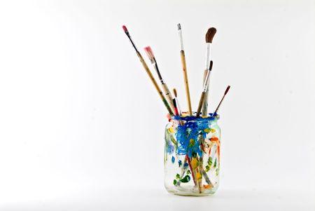 jarra: artistas pinceles en un frasco aislado en blanco