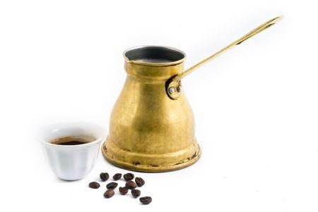 greek pot: Pentola araba piccoli caff� di rame con la tazza e chicchi di caff� isolati on white
