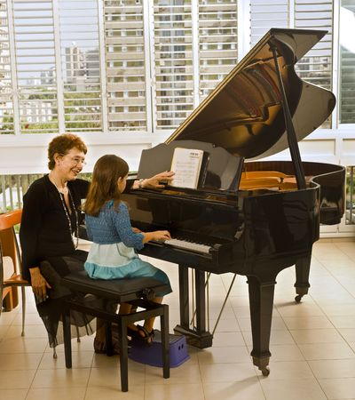 piano: profesor superior de piano con el joven estudiante Foto de archivo