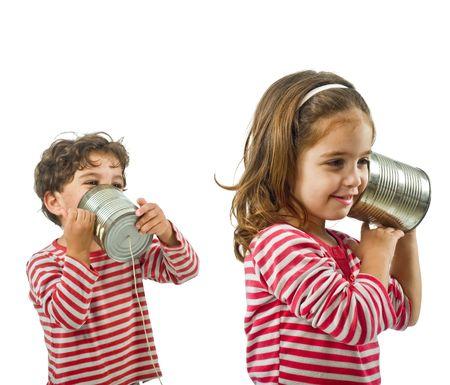 �couter: gar�on et fille parlant sur un t�l�phone �tain isol� sur blanc