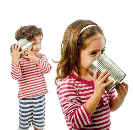 tin cans: jongen en een meisje praten over een tinnen telefoon geïsoleerd op wit