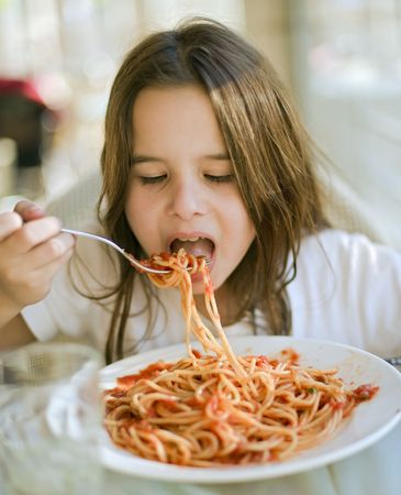 ni�a comiendo: ni�a comiendo espagueti en restaurent