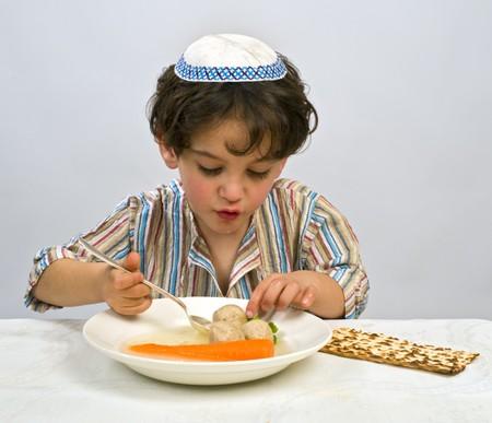 Jwish Junge mit Matzo Ball Suppe Standard-Bild - 4339968
