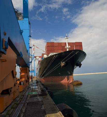 Frachtschiff am Dock Standard-Bild - 4397728