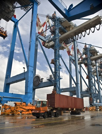container on track at port on the dock Standard-Bild