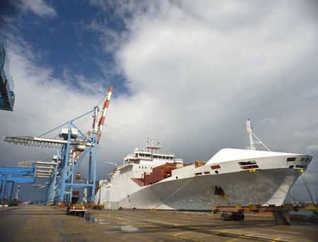 Frachtschiff am Dock Standard-Bild - 4397729