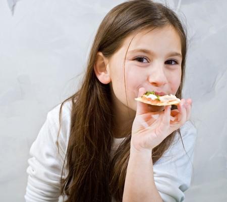 meisje eten: jong meisje eten zelfgemaakte pizza
